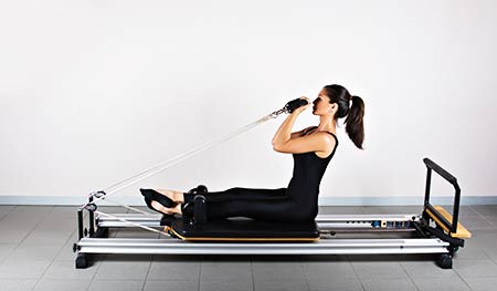 exercice bras machine Pilates reformer